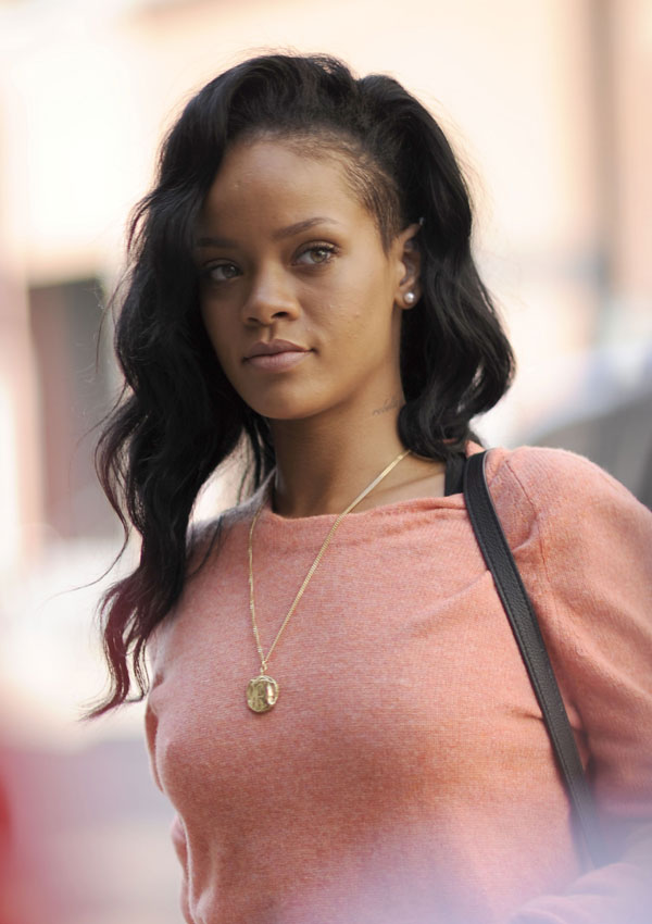Rihanna Texting Chris Brown