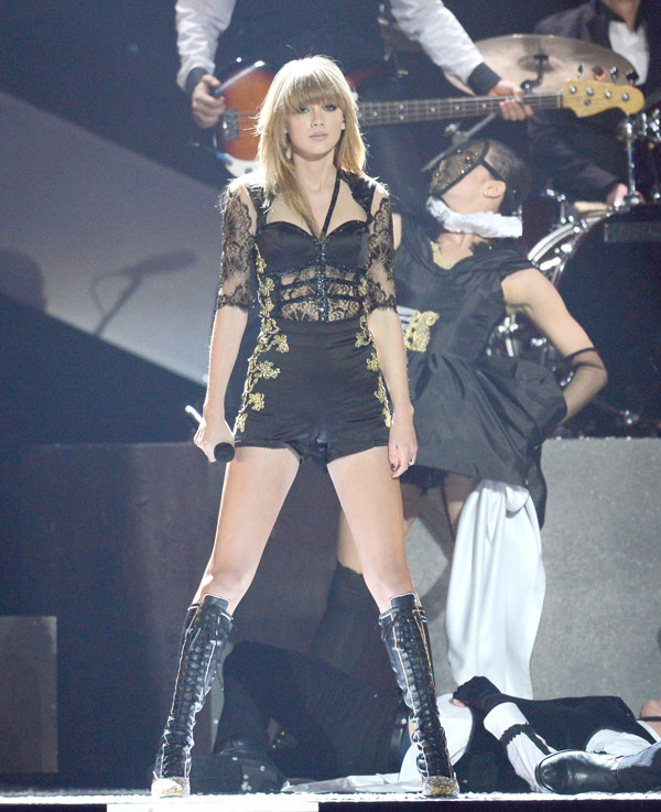 Taylor Swift S Brit Awards Outfit Ripping Off Dress Was A Bold Move Hollywood Life