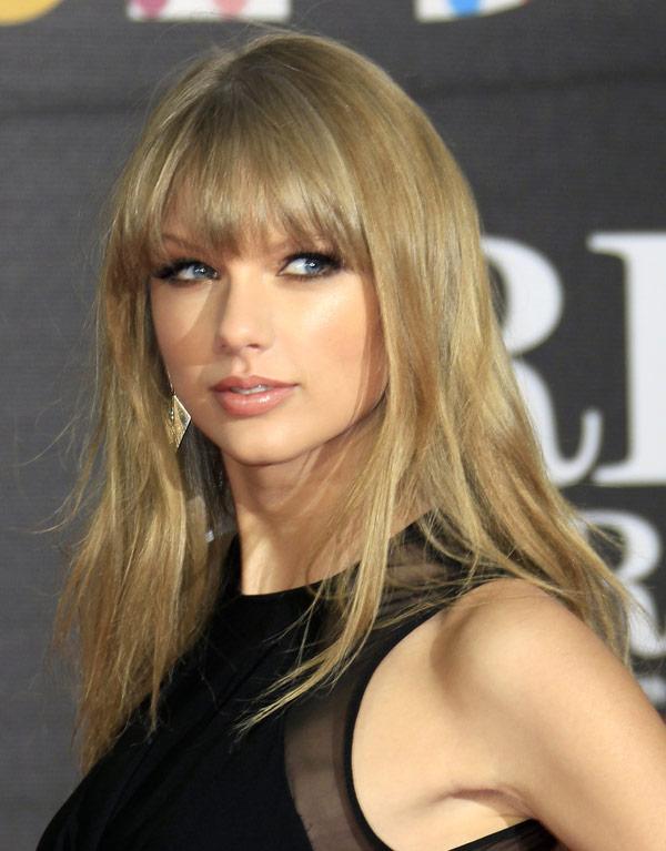 Taylor Swift S Brits Hair Makeup Straight Hair Smokey Eyes Hollywood Life