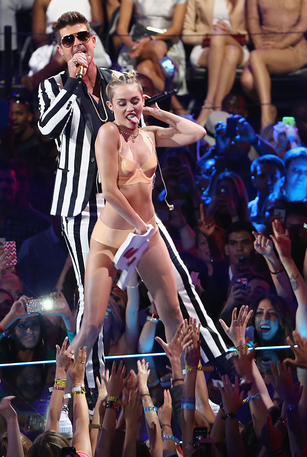 Miley Cyrus On Robin Thicke Vma Performance Calls Him Out For Dissing Her Hollywood Life