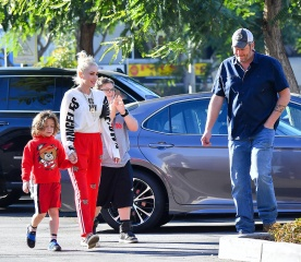 EXCLUSIVE: Gwen Stefani and her boyfriend Blake Shelton head out on grocery store run in Studio City. The pair were seen joined by Gwen's boys Zuma and Apollo. **SPECIAL INSTRUCTIONS*** Please pixelate children's faces before publication.***. 05 Mar 2020 Pictured: Gwen Stefani, Blake Shelton. Photo credit: Cheers/ MEGA TheMegaAgency.com +1 888 505 6342 (Mega Agency TagID: MEGA624840_004.jpg) [Photo via Mega Agency]