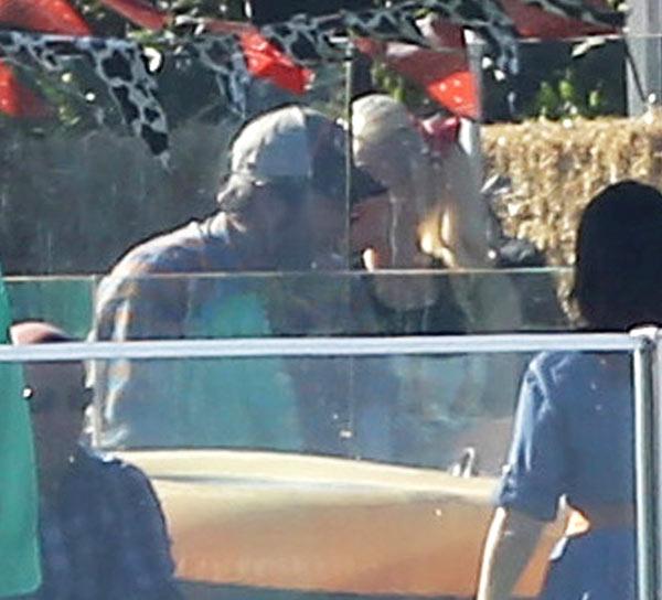 Blake Shelton Gwen Stefani Kissing