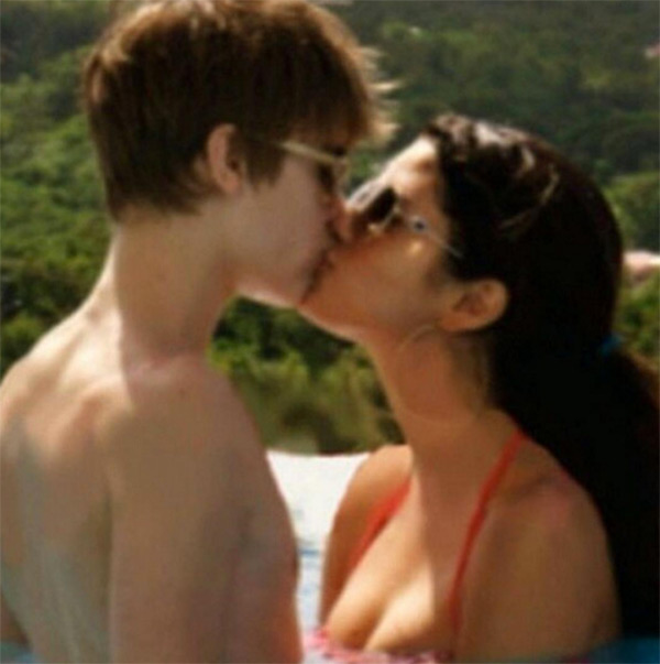 Selena Gomez Comments Justin Bieber Kissing Pic