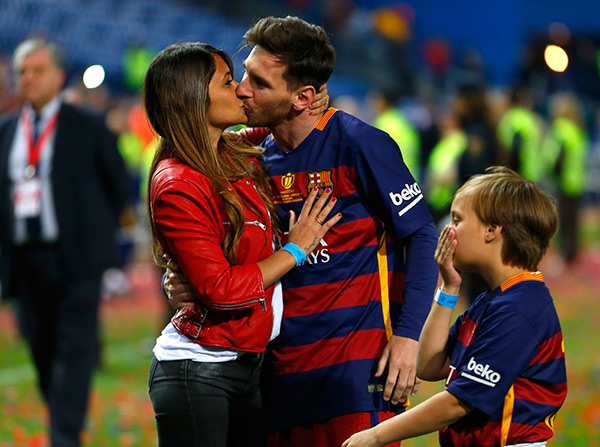 PIC] Lionel Messi Kisses Wife After Barcelona's Big Win In Copa Del Rey  Final – Hollywood Life