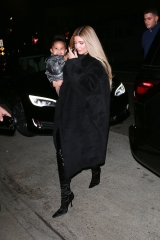 Santa Monica, CA  - Kylie Jenner keeps it low key as she steps out for dinner with friends in Santa Monica.  Pictured: Kylie Jenner  BACKGRID USA 13 NOVEMBER 2020  USA: +1 310 798 9111 / usasales@backgrid.com  UK: +44 208 344 2007 / uksales@backgrid.com  *UK Clients - Pictures Containing Children Please Pixelate Face Prior To Publication*