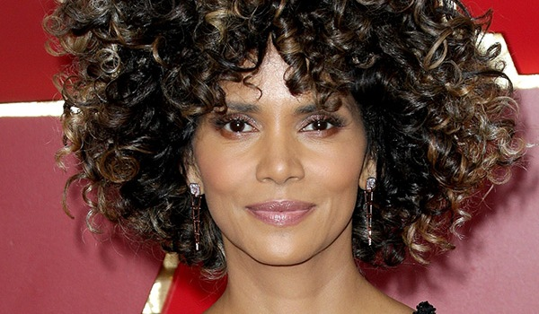 Photos Halle Berry S Hair At Oscars Rocks Natural Curls Glowing Skin Hollywood Life