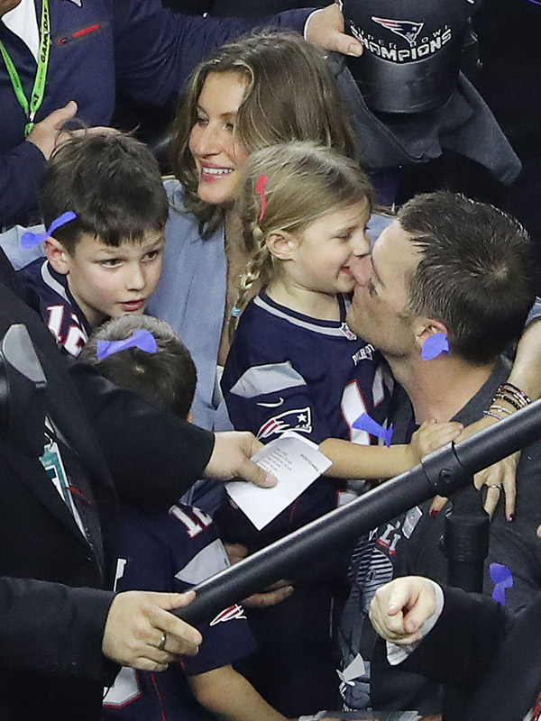 Video Tom Brady S Children At Super Bowl Join Him On Stage For Mvp Speech Hollywood Life