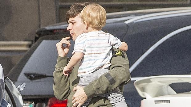 Louis Tomlinson Holding 1-year-old Son Freddie in December 2017