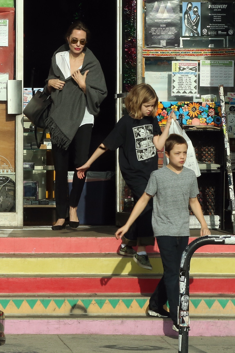 Los Angeles, CA - *EXCLUSIVE* - Angelina Jolie gets some art supplies with the kids in Los Angeles, CA. The group are seen leaving with multiple shopping bags as they leave Blue Rooster art supplies and hop in their ride.Pictured: Angelina Jolie, Knox Leon, Vivienne Marcheline BACKGRID USA 27 DECEMBER 2018 USA: +1 310 798 9111 / usasales@backgrid.com UK: +44 208 344 2007 / uksales@backgrid.com *UK Clients - Pictures Containing Children Please Pixelate Face Prior To Publication*