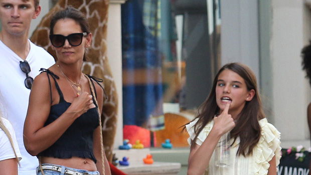 Katie-Holmes-Stuns-In-Crop-Top-While-Braving-The-NYC-Heat-With-Daughter-Suri-13-ftr