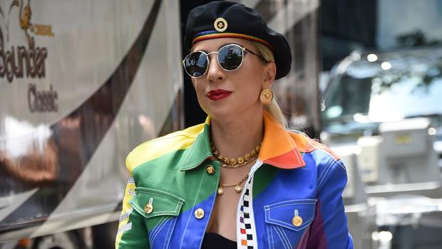 Lady Gaga Boyfriend : Lady Gaga Boyfriend Hold Hands On ...