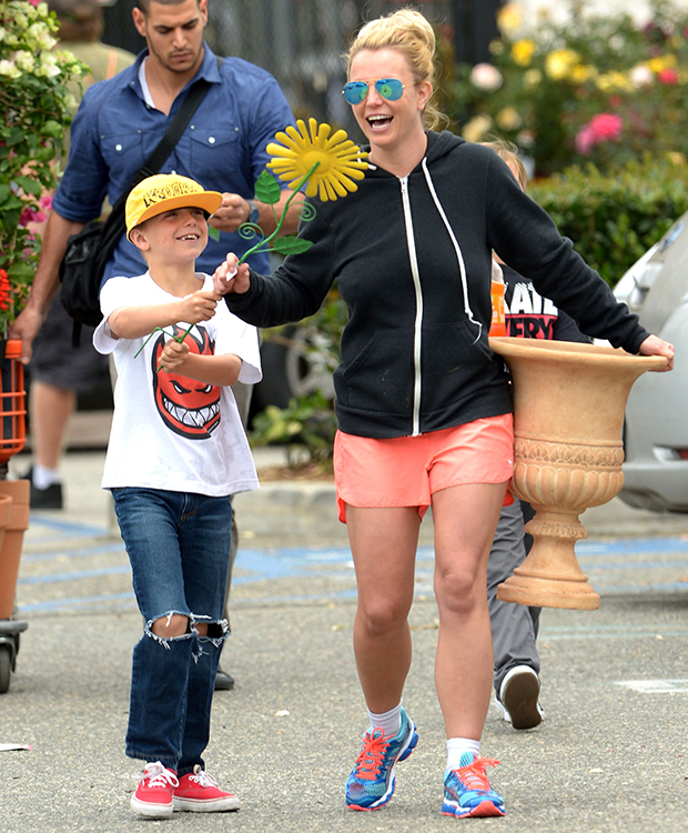 Britney Spears out with her son Jayden