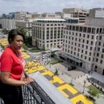 """En esta imagen facilitada por la Oficina Ejecutiva de la Alcalde, la alcalde del Distrito de Columbia, Muriel Bowser, observa desde la azotea del hotel Hay Adams, cerca de la Casa Blanca, las palabras """"Las Vidas de los Negros Importan"""" que trabajadores de la ciudad y activistas pintaron con grandes letras amarillas en una calle en Washington, el viernes 5 de junio de 2020 EEUU-PROTESTAS-DC, Washington, United States - 05 Jun 2020"""
