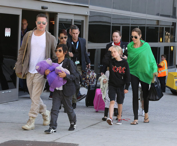 ©2014 RAMEY PHOTO 310-828-3445NO ITALY/NO SPAIN Los Angeles, Feb 05th 2014 BRAD PITT and ANGELINA JOLIE and their kids Shiloh, Maddox, Pax, Zahara, Knox and Vivienne spotted arriving at LAX from Sydney. PGpg7 (Mega Agency TagID: MEGAR01603_1.jpg) [Photo via Mega Agency]