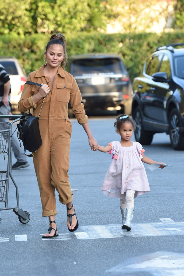 Chrissy Teigen and her daughter Luna go grocery shopping at Bristol Farms in Beverly Hills. The 34 year old model is wearing brown/beige overalls. 13 Jan 2020 Pictured: Chrissy Teigen And Luna. Photo credit: Photographer Group/MEGA TheMegaAgency.com +1 888 505 6342 (Mega Agency TagID: MEGA584489_001.jpg) [Photo via Mega Agency]