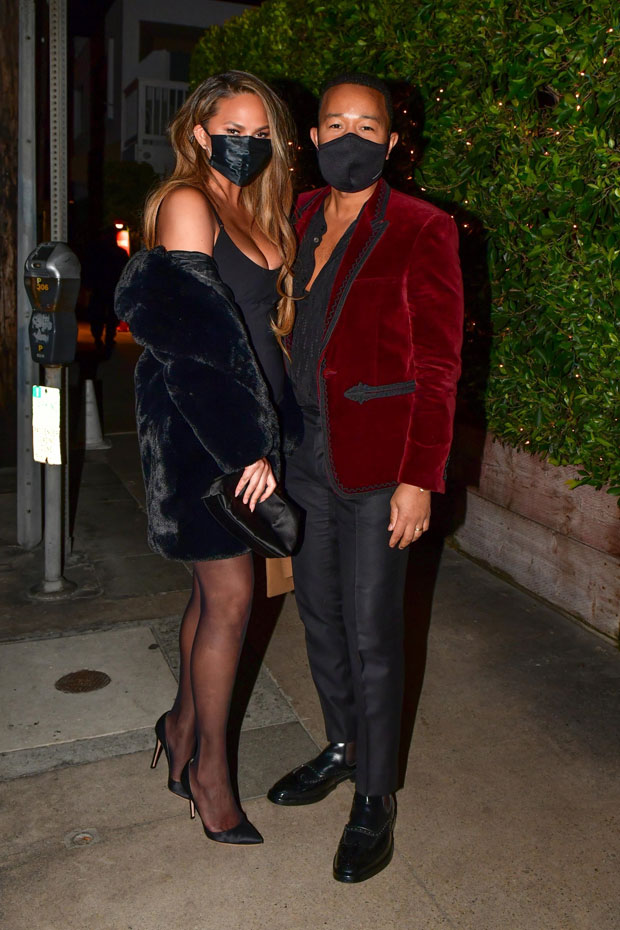 , Kourtney Kardashian, Chrissy Teigen & Delilah Hamlin Have Sexy Valentine's Dates With Their Guys, Indian & World Live Breaking News Coverage And Updates
