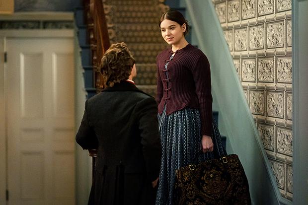 Hailee Steinfeld et Finn Jones dans la deuxième saison de «Dickinson»