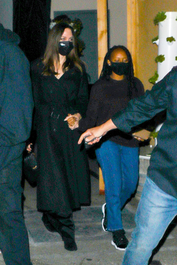 , Angelina Jolie & Daughter Zahara, 16, Hold Hands While Leaving Girls' Dinner — Pics, Indian & World Live Breaking News Coverage And Updates