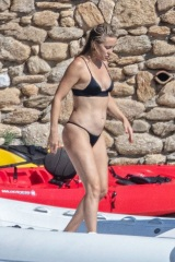 Skiathos, GREECE  - Actress Kate Hudson shows off her washboard abs while out in Greece with her beau Danny Fujikawa and their daughter, Rani Rose Hudson Fujikawa. Kate, wearing a black two-piece bikini, jumps off a boat that docked right on the sandy beach of  Pictured: Kate Hudson  BACKGRID USA 18 JUNE 2021  BYLINE MUST READ: karabatsispavlos / BACKGRID  USA: +1 310 798 9111 / usasales@backgrid.com  UK: +44 208 344 2007 / uksales@backgrid.com  *UK Clients - Pictures Containing Children Please Pixelate Face Prior To Publication*