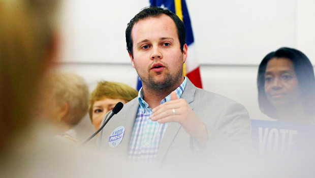 Josh Duggar Holds Hands With Pregnant Wife Anna After Failing To Dismiss Child Porn Case.jpg