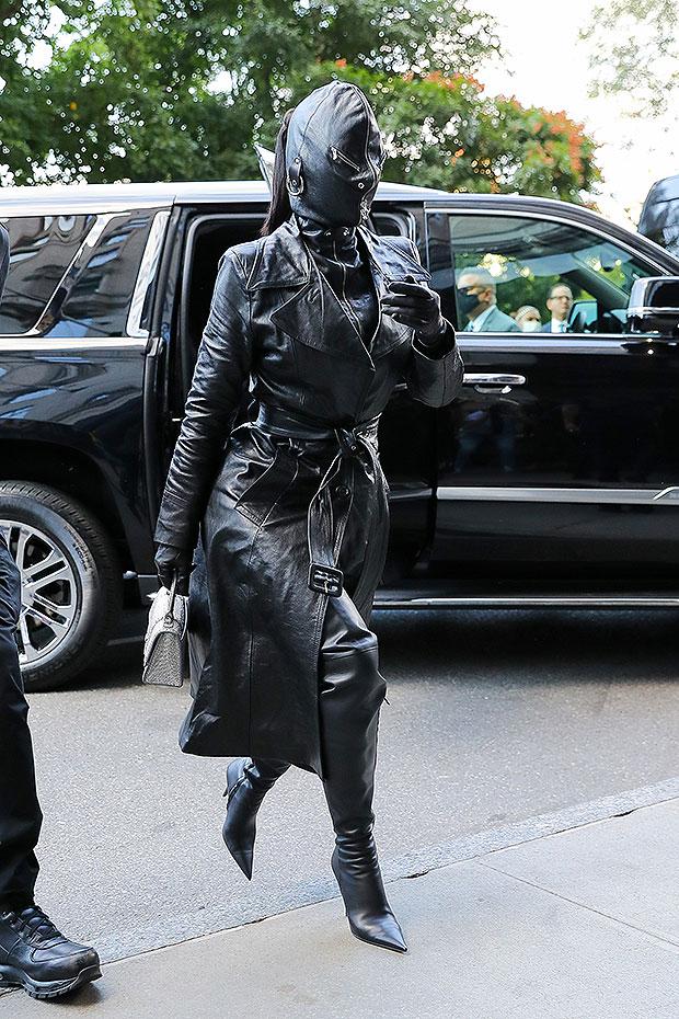 Kim Kardashian enflamme la toile en portant une tenue en cuir de la tête aux pieds à la Fashion Week-(photos)