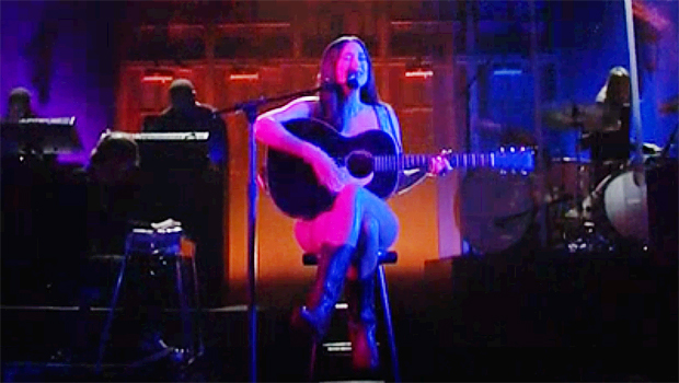 , Kacey Musgraves Appears To Wear Just Her Guitar & Boots For Performance On 'SNL', The World Live Breaking News Coverage & Updates IN ENGLISH